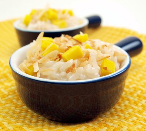 Rýžová kaše s kokosem a mangem.