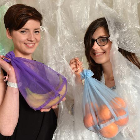 Spoluautorky inovativního konceptu bioplastových sáčků Frusack, které by údajně mohly nahradit běžně užívané mikrotenové sáčky, Hana Němcová (vlevo) a Tereza Dvořáková.